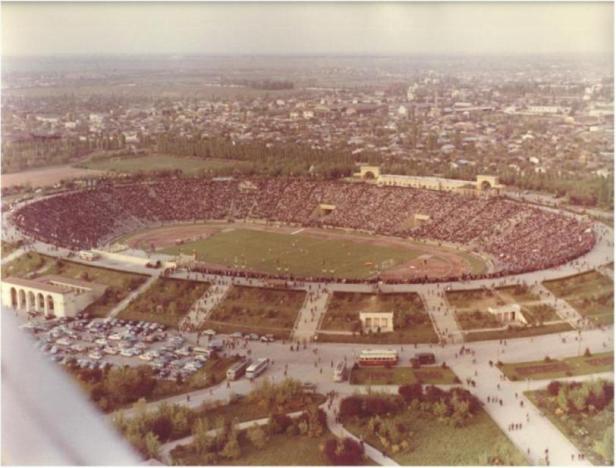 66. Stadion Lia Manoliu(fost 23 August) vazut din turnul parasutistilor – in locul caselor din fundal se afla Cart. Pantelimon si Bd. Chisinau